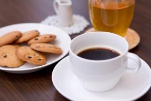カフェイン入りの飲み物は昼間飲む